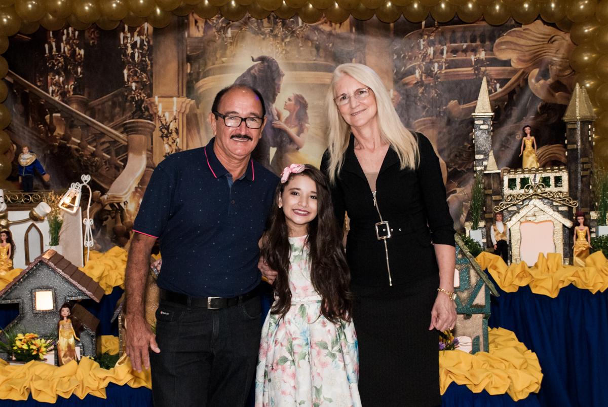posando para a foto com os avós no Buffet Fábrica da Alegria, Osasco São Paulo, aniversário de Vitória 9 anos, tema da festa A Bela e a Fera