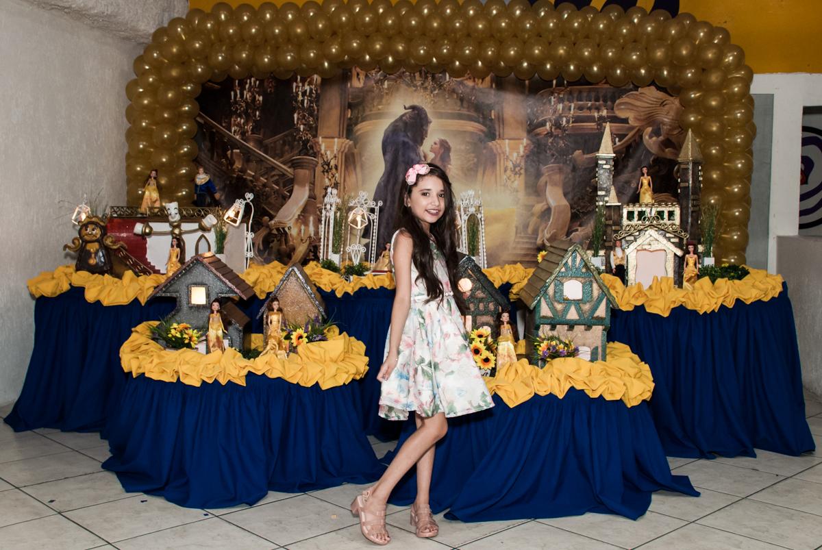 pose de princesa noBuffet Fábrica da Alegria, Osasco São Paulo, aniversário de Vitória 9 anos, tema da festa A Bela e a Fera