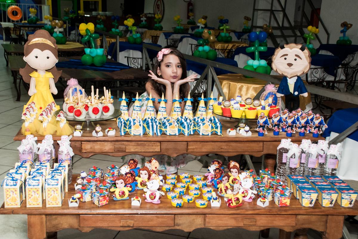 pose na mesa de doces no Buffet Fábrica da Alegria, Osasco São Paulo, aniversário de Vitória 9 anos, tema da festa A Bela e a Fera