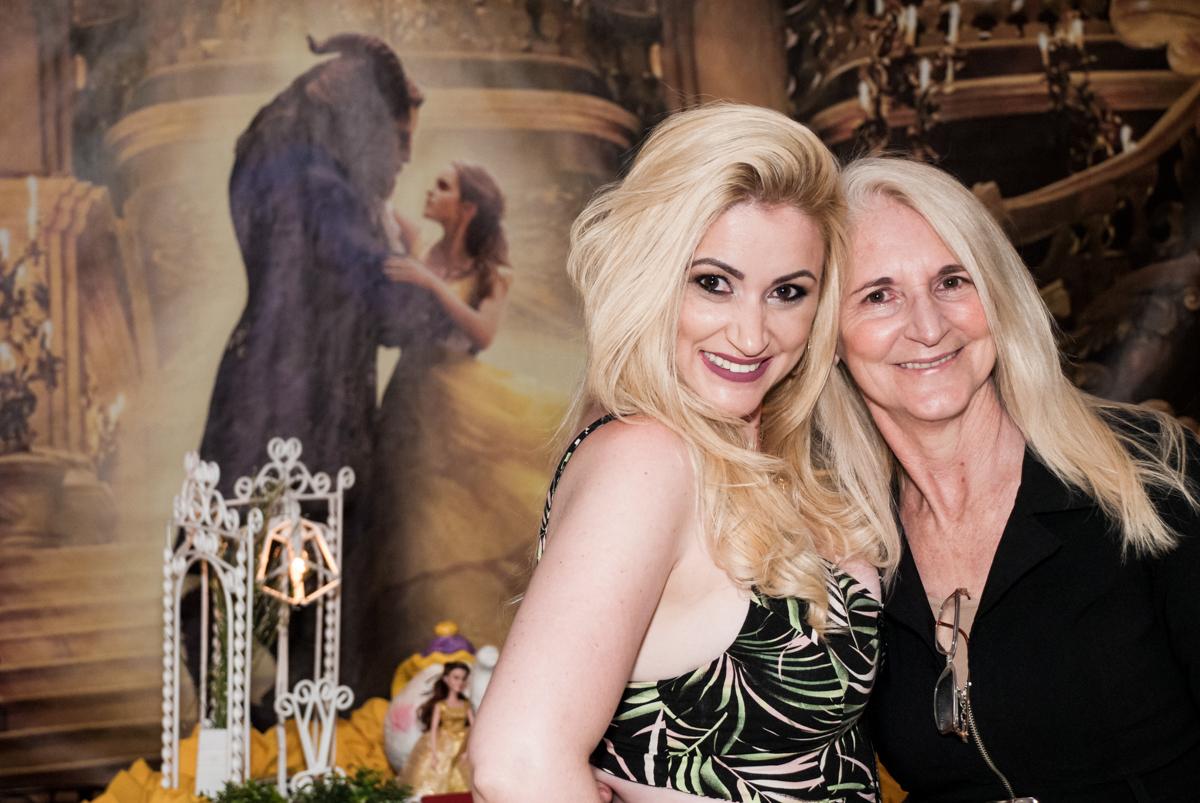 mãe e vó feliz na festa no Buffet Fábrica da Alegria, Osasco São Paulo, aniversário de Vitória 9 anos, tema da festa A Bela e a Fera