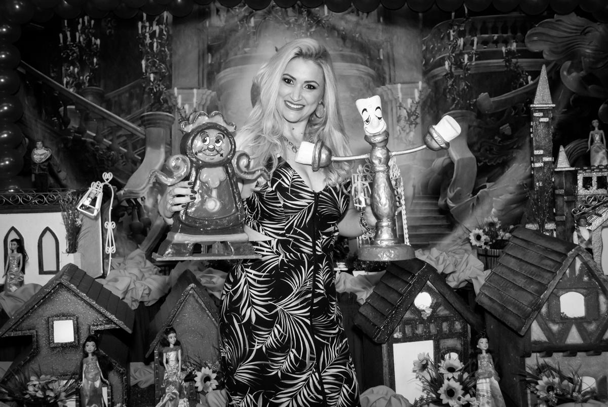 A máe da aniversariante adora ser fotografada no Buffet Fábrica da Alegria, Osasco São Paulo, aniversário de Vitória 9 anos, tema da festa A Bela e a Fera