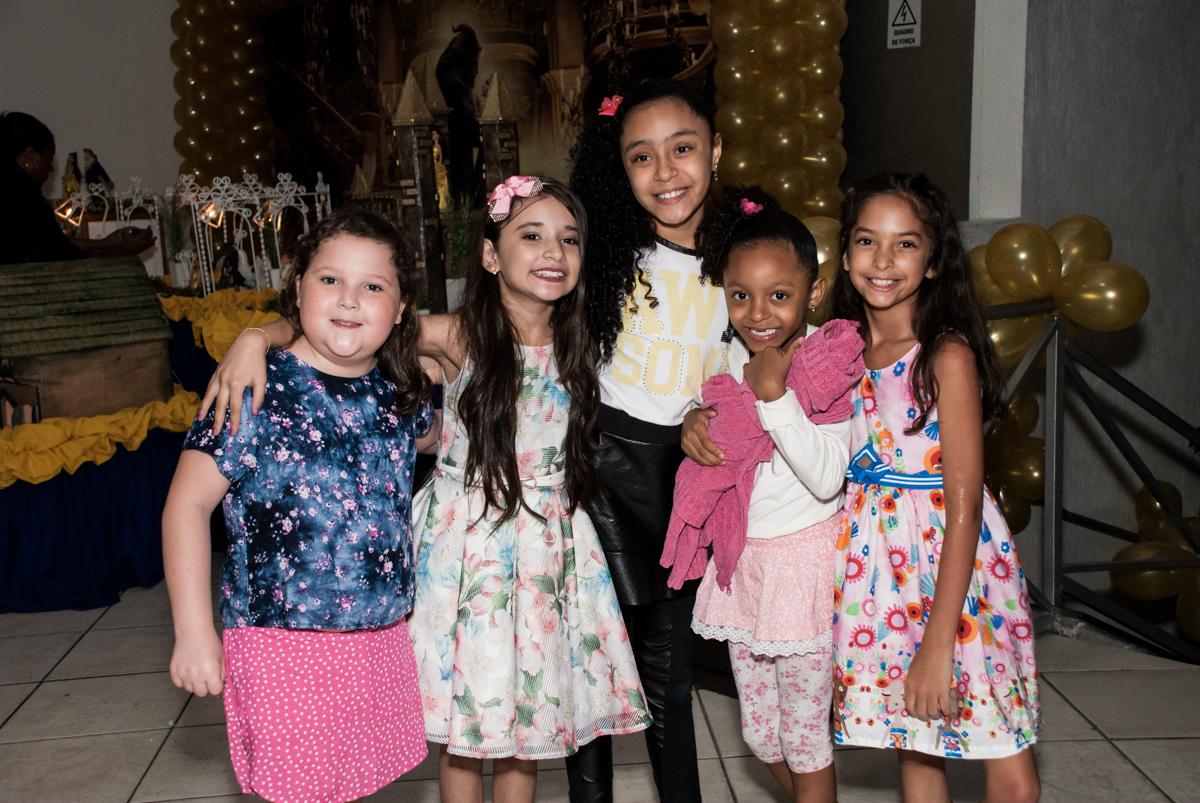 recebendo os amigos para sua festa no Buffet Fábrica da Alegria, Osasco São Paulo, aniversário de Vitória 9 anos, tema da festa A Bela e a Fera