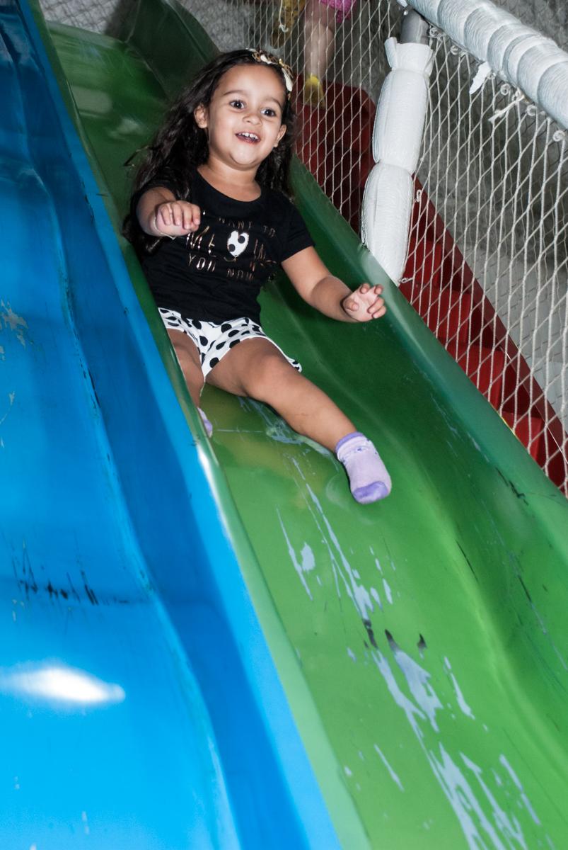 mais diversão no escorregador no Buffet Fábrica da Alegria, Osasco São Paulo, aniversário de Vitória 9 anos, tema da festa A Bela e a Fera