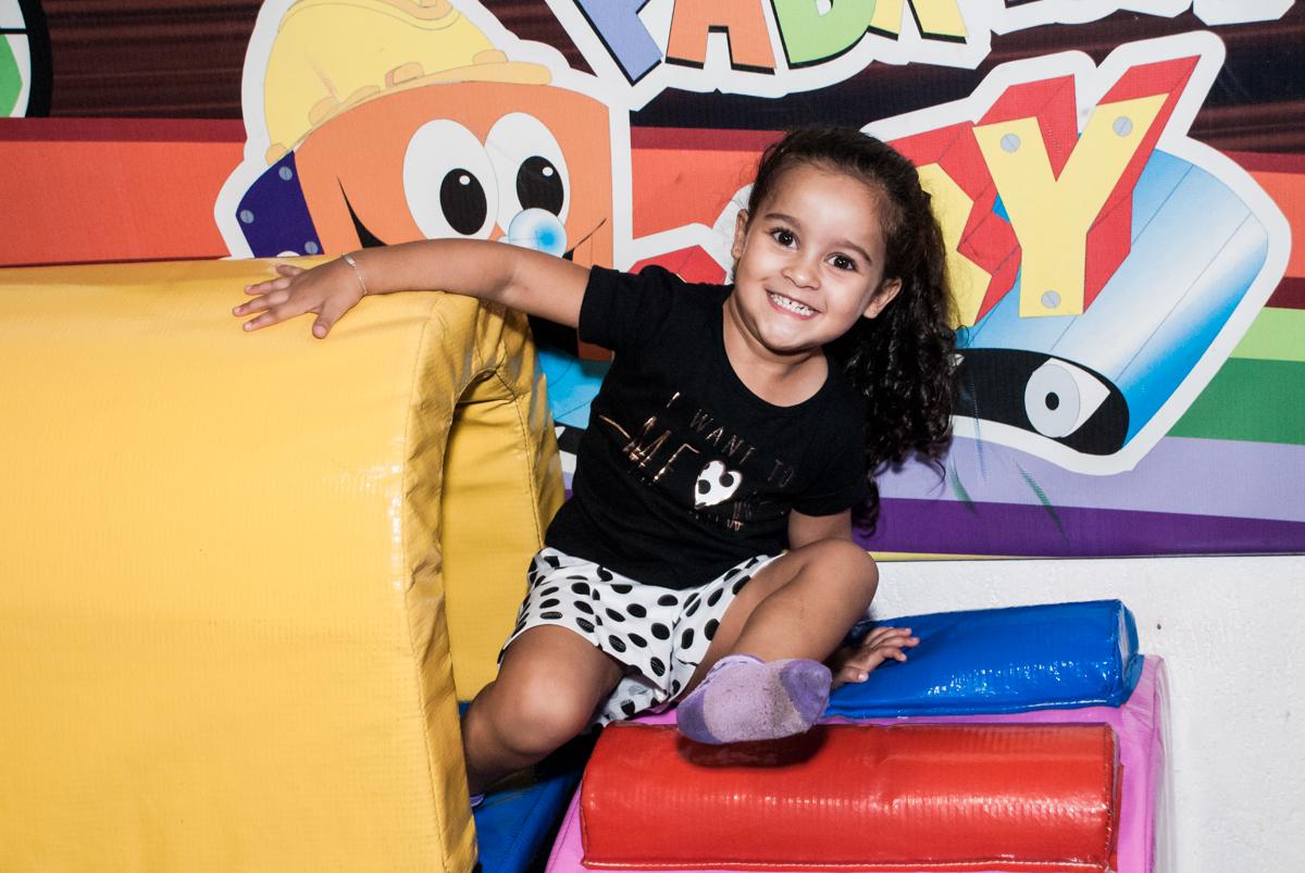 brincando na área baby no Buffet Fábrica da Alegria, Osasco São Paulo, aniversário de Vitória 9 anos, tema da festa A Bela e a Fera