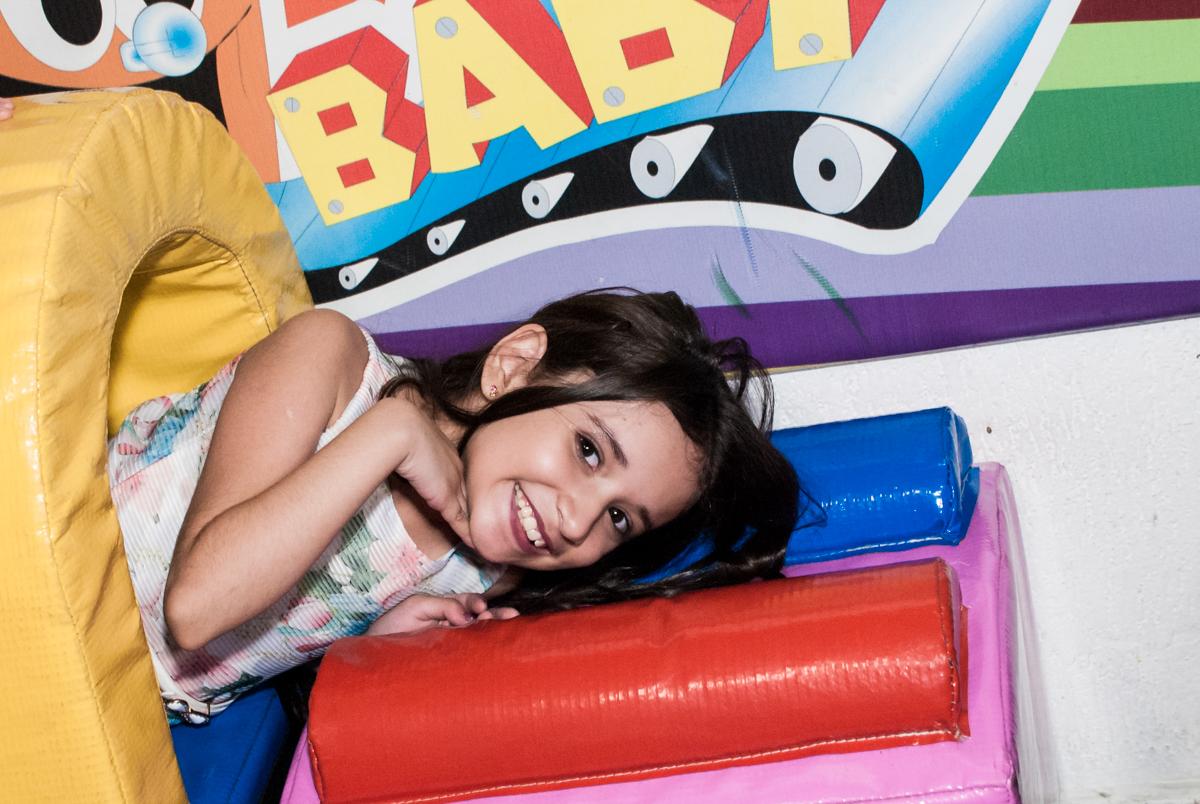 brincando na area baby no Buffet Fábrica da Alegria, Osasco São Paulo, aniversário de Vitória 9 anos, tema da festa A Bela e a Fera