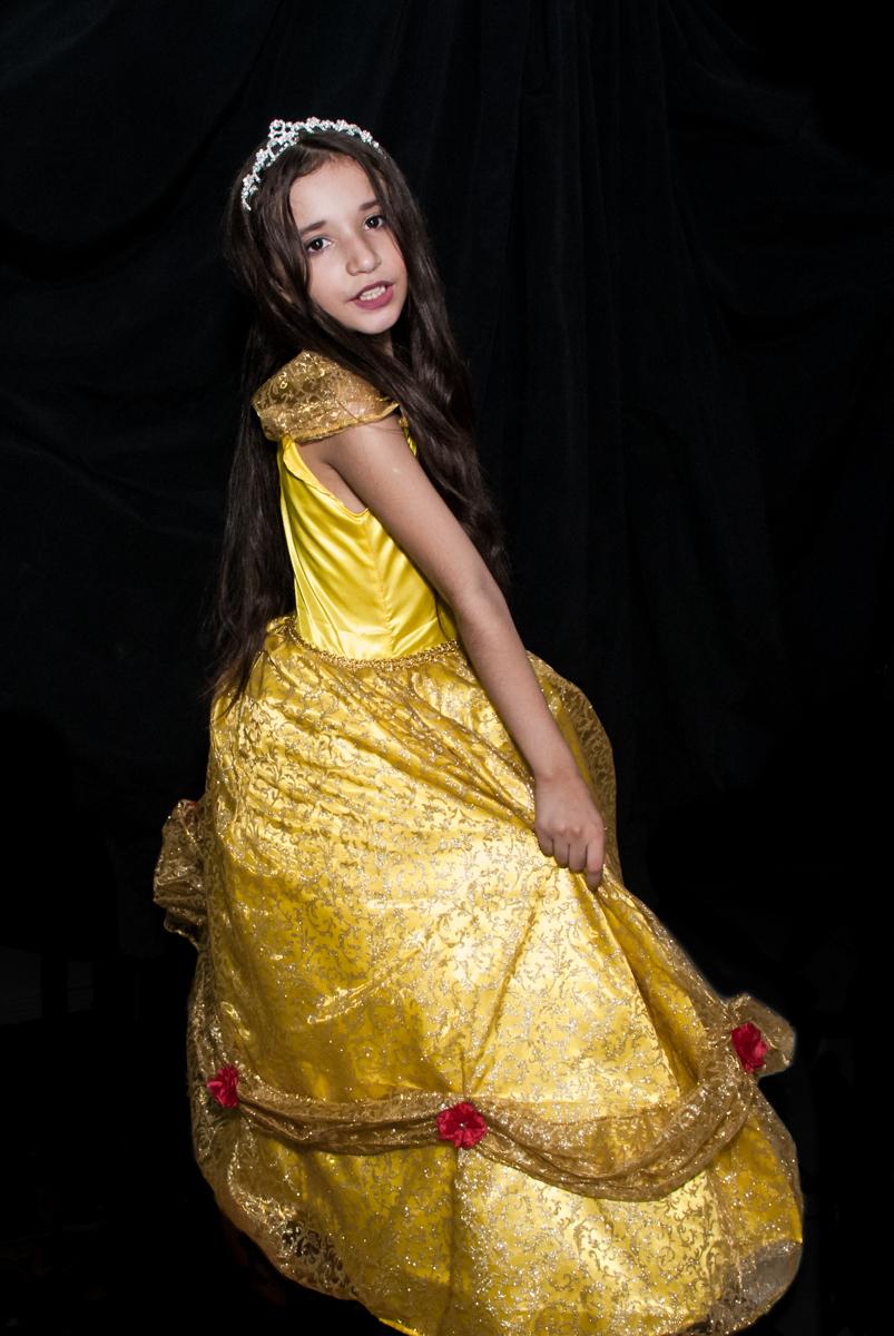 vestida de bela no Buffet Fábrica da Alegria, Osasco São Paulo, aniversário de Vitória 9 anos, tema da festa A Bela e a Fera