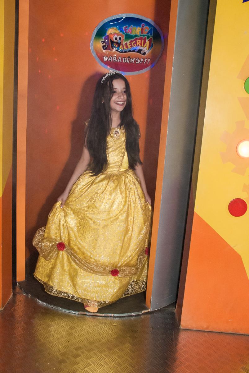 saindo da máquina do parabéns no Buffet Fábrica da Alegria, Osasco São Paulo, aniversário de Vitória 9 anos, tema da festa A Bela e a Fera
