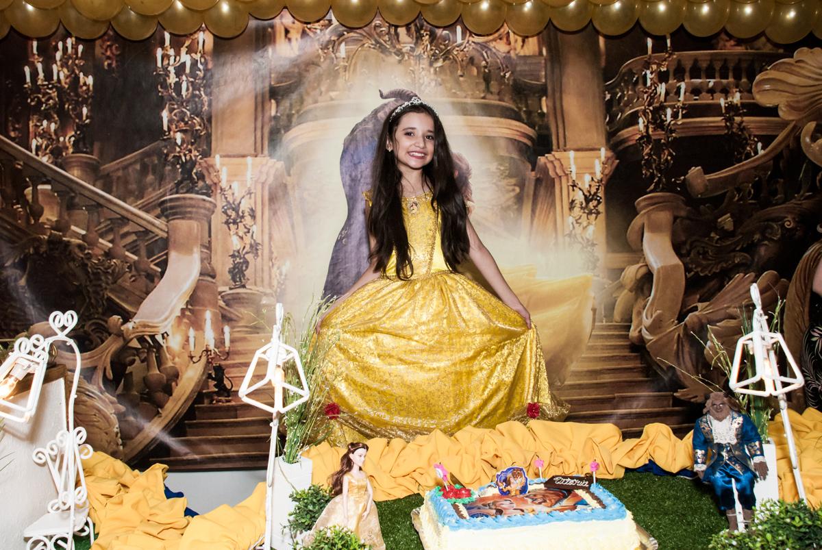 pose de princesa para a foto no Buffet Fábrica da Alegria, Osasco São Paulo, aniversário de Vitória 9 anos, tema da festa A Bela e a Fera