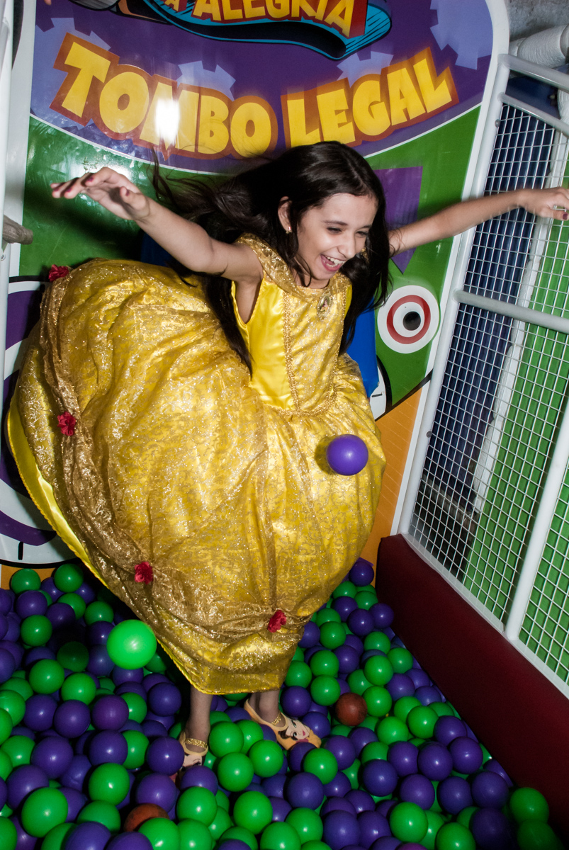 caindo no tombo legal no Buffet Fábrica da Alegria, Osasco São Paulo, aniversário de Vitória 9 anos, tema da festa A Bela e a Fera