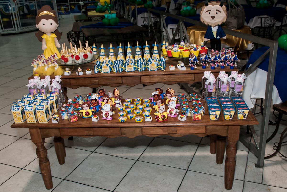 mesa de guloseimas no Buffet Fábrica da Alegria, Osasco São Paulo, aniversário de Vitória 9 anos, tema da festa A Bela e a Fera
