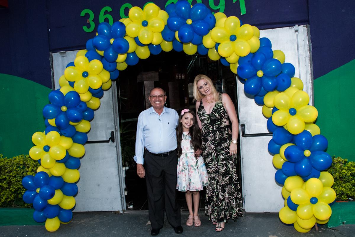 foto da família no arco de bexigas no Buffet Fábrica da Alegria, Osasco São Paulo, aniversário de Vitória 9 anos, tema da festa A Bela e a Fera