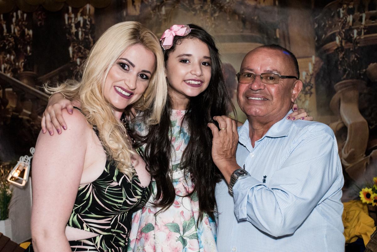 foto com os pais no Buffet Fábrica da Alegria, Osasco São Paulo, aniversário de Vitória 9 anos, tema da festa A Bela e a Fera
