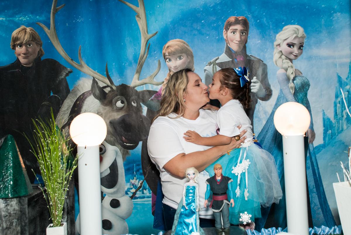carinho da mamãe no Buffet Fábrica da Alegria Morumbi, anieversário de Ana Julia 3 anos, tema da festa Frozen