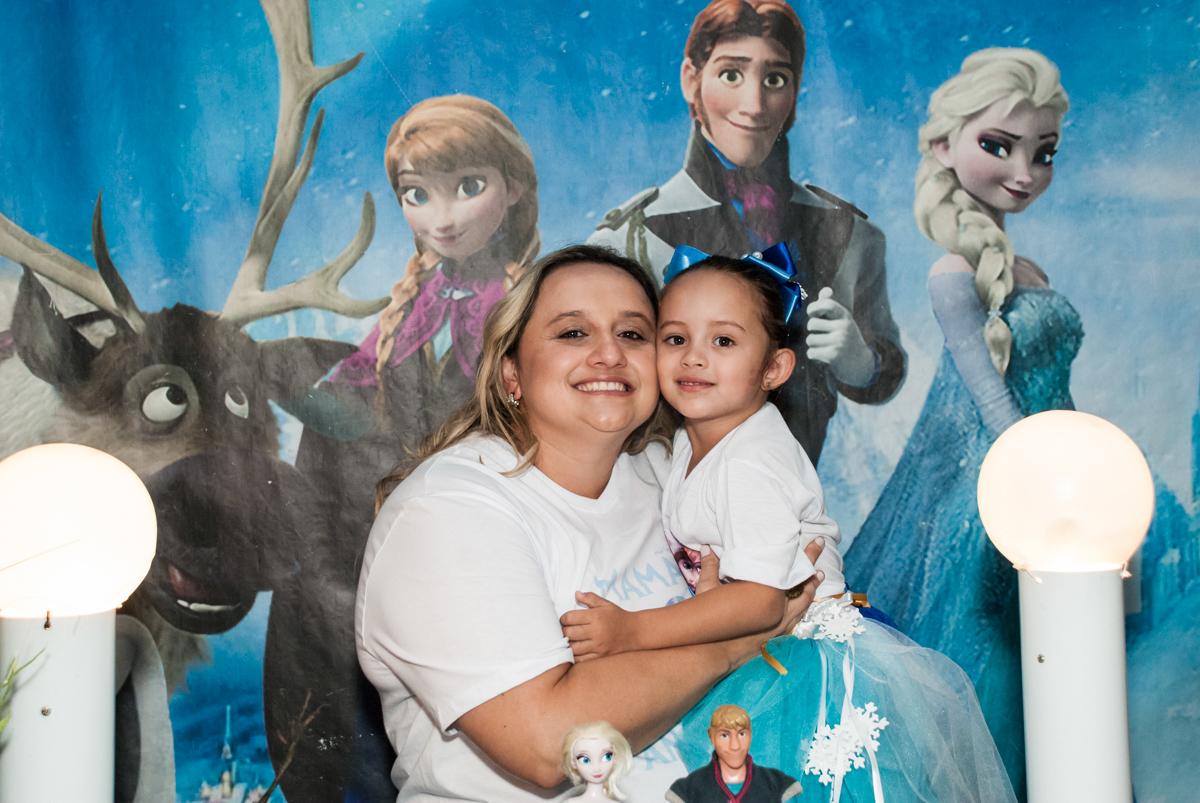 foto mãe e filha no Buffet Fábrica da Alegria Morumbi, anieversário de Ana Julia 3 anos, tema da festa Frozen