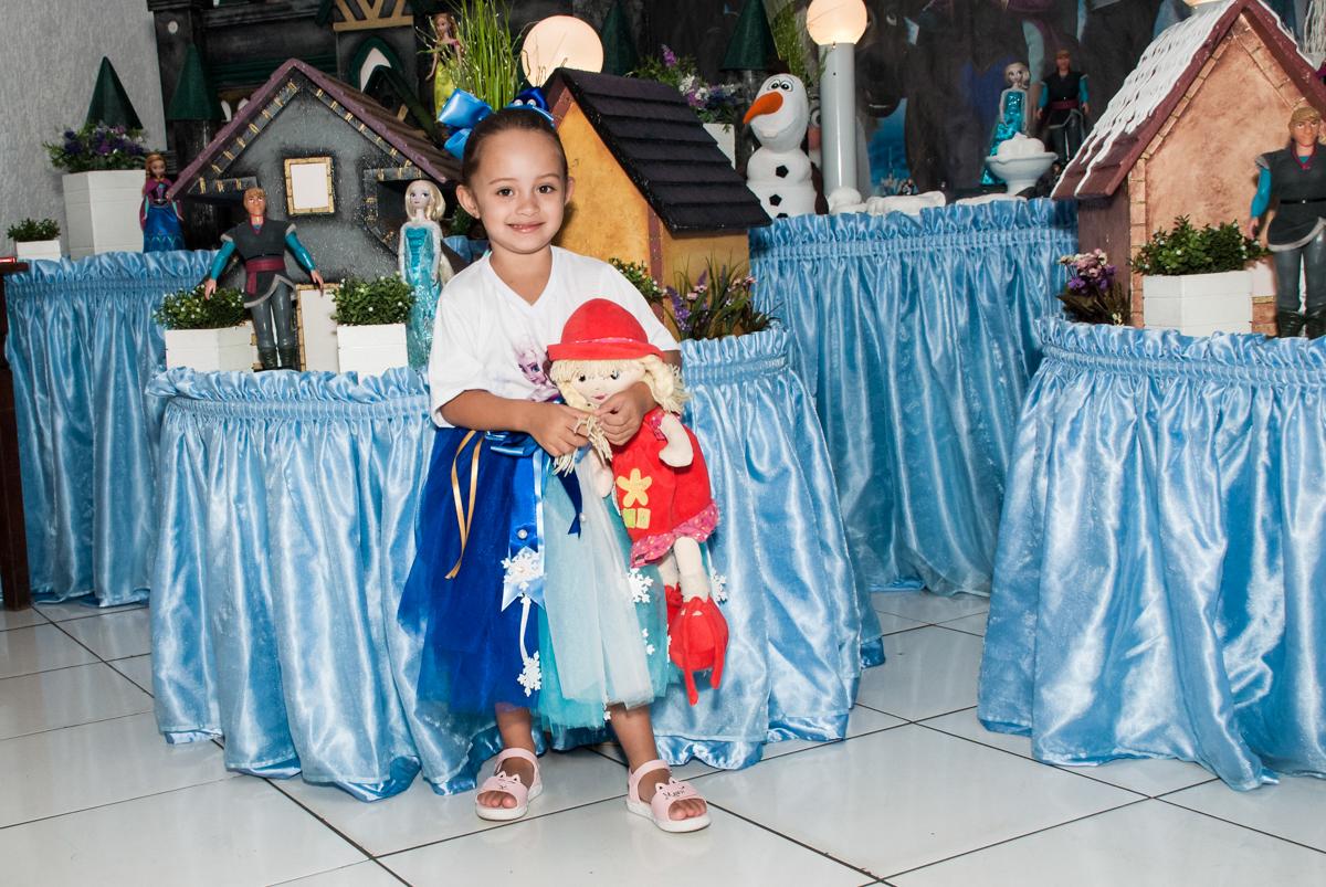 feliz com sua festa no Buffet Fábrica da Alegria Morumbi, anieversário de Ana Julia 3 anos, tema da festa Frozen