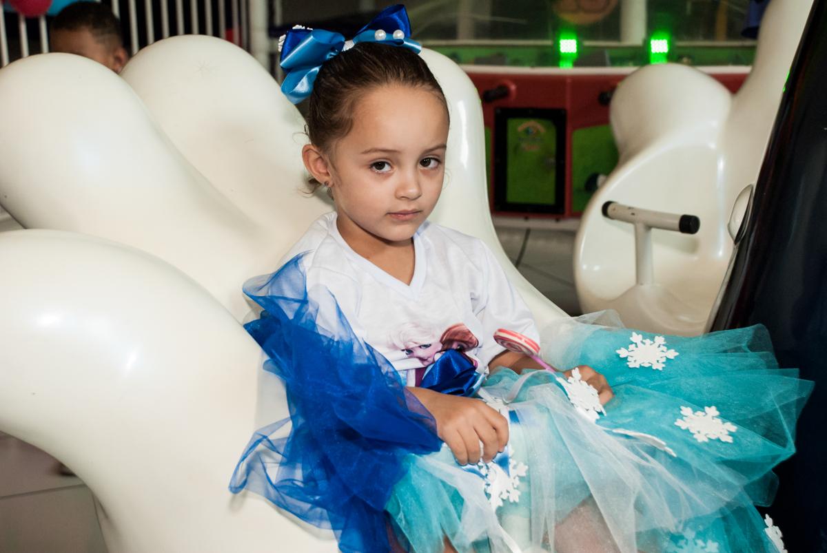 aniversariante também disfruta do brinquedo carrossel no Buffet Fábrica da Alegria Morumbi, anieversário de Ana Julia 3 anos, tema da festa Frozen