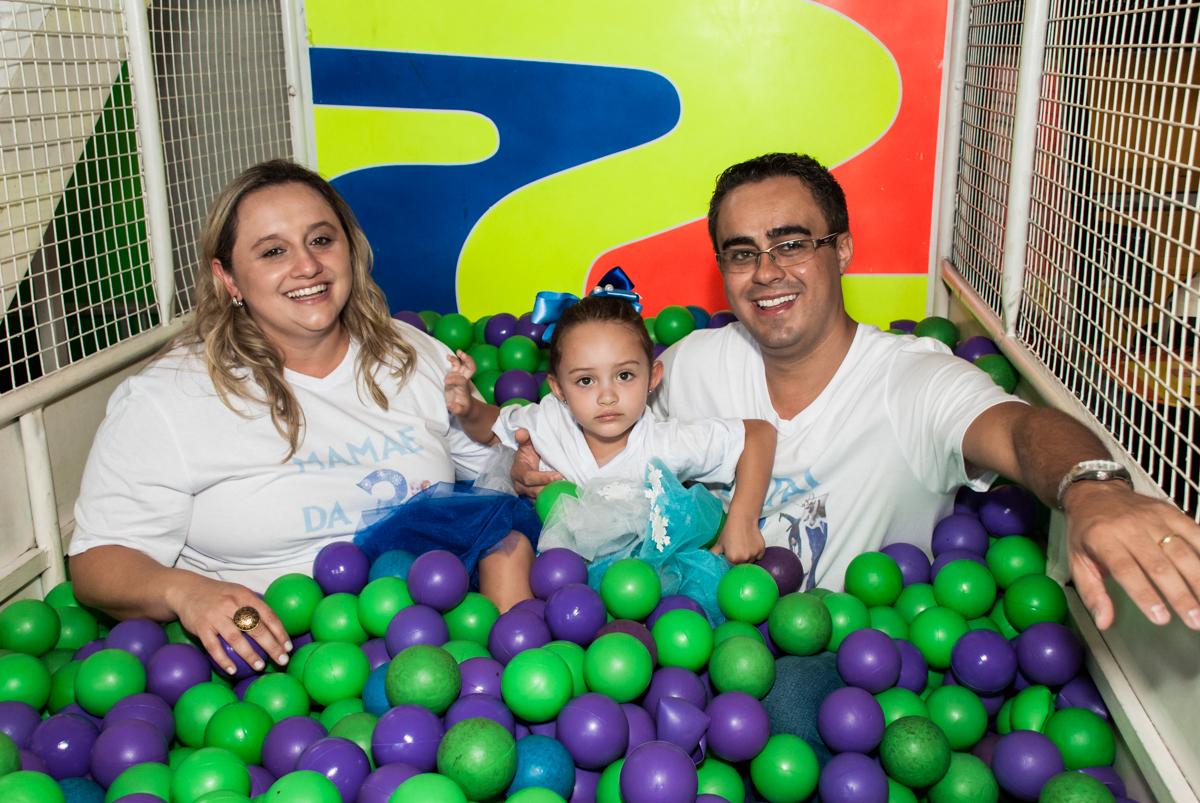 A família brinca na piscina de bolinhas no Buffet Fábrica da Alegria Morumbi, anieversário de Ana Julia 3 anos, tema da festa Frozen