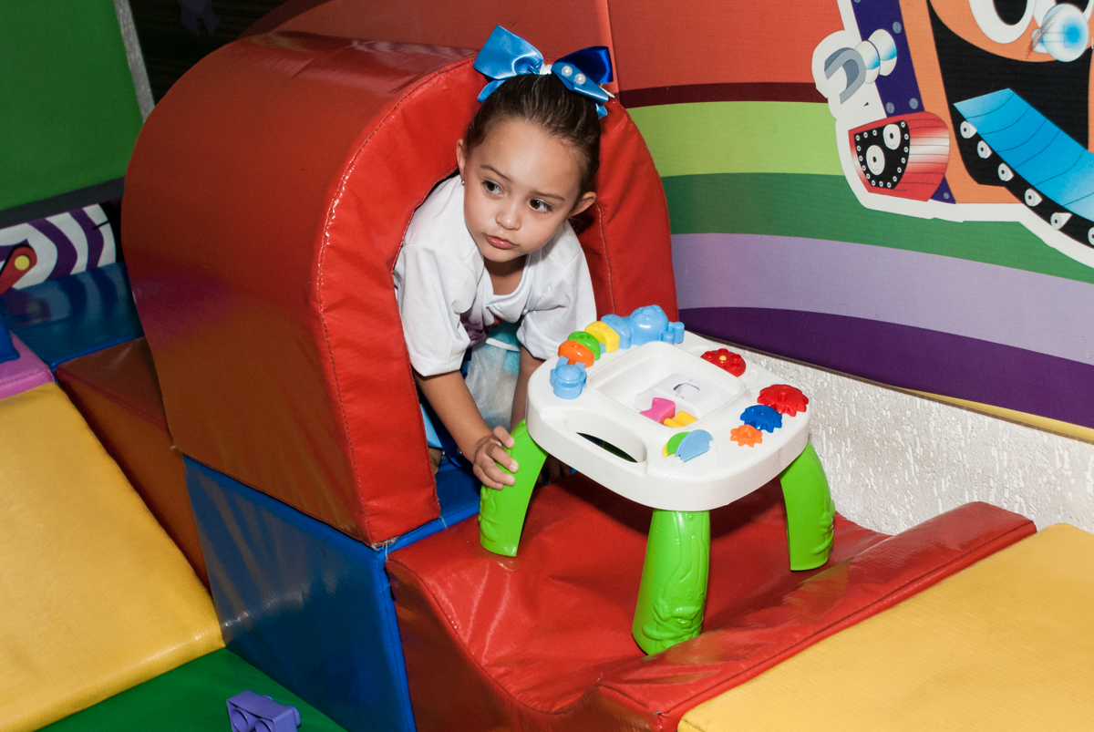 diversão na área baby no Buffet Fábrica da Alegria Morumbi, anieversário de Ana Julia 3 anos, tema da festa Frozen