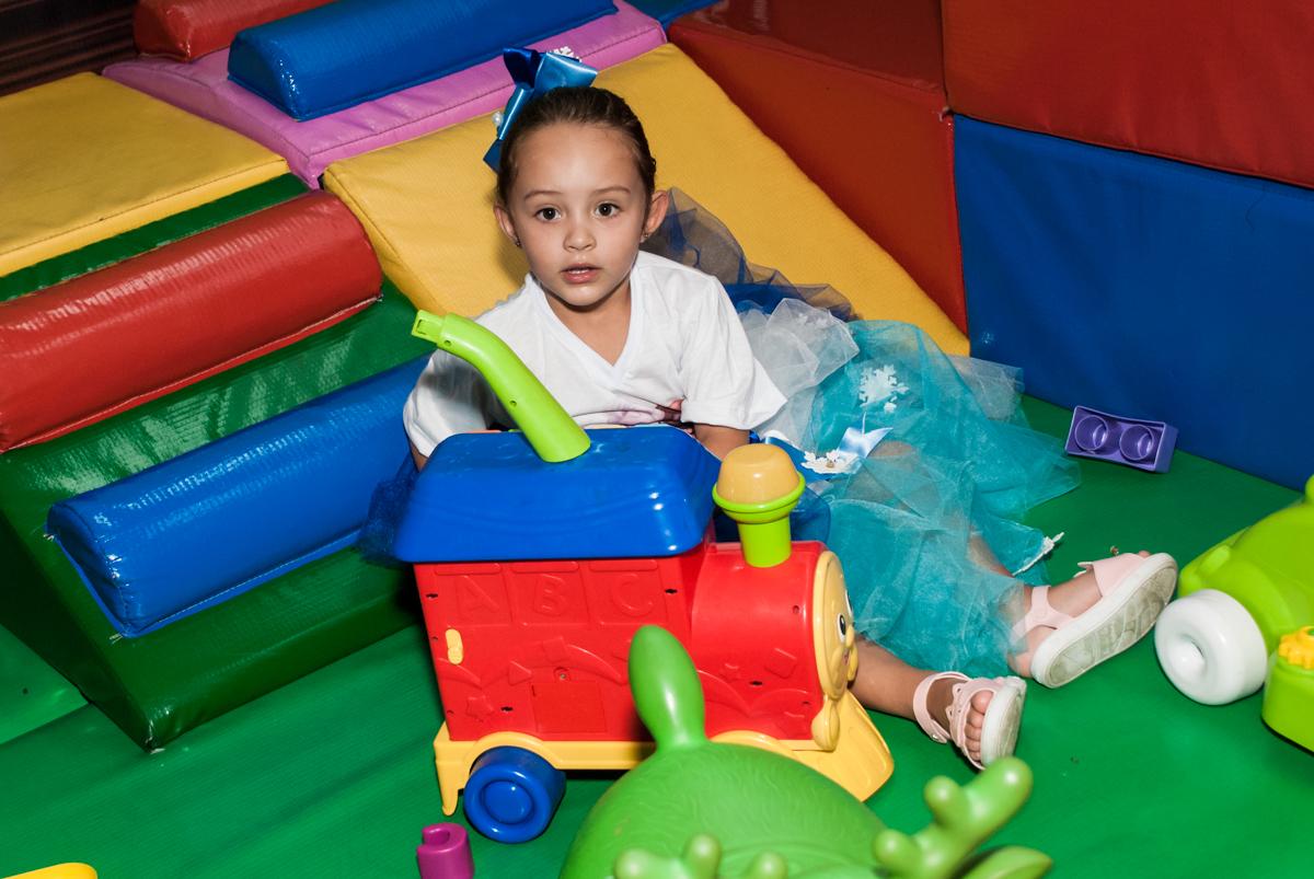 área baby divertida no Buffet Fábrica da Alegria Morumbi, anieversário de Ana Julia 3 anos, tema da festa Frozen