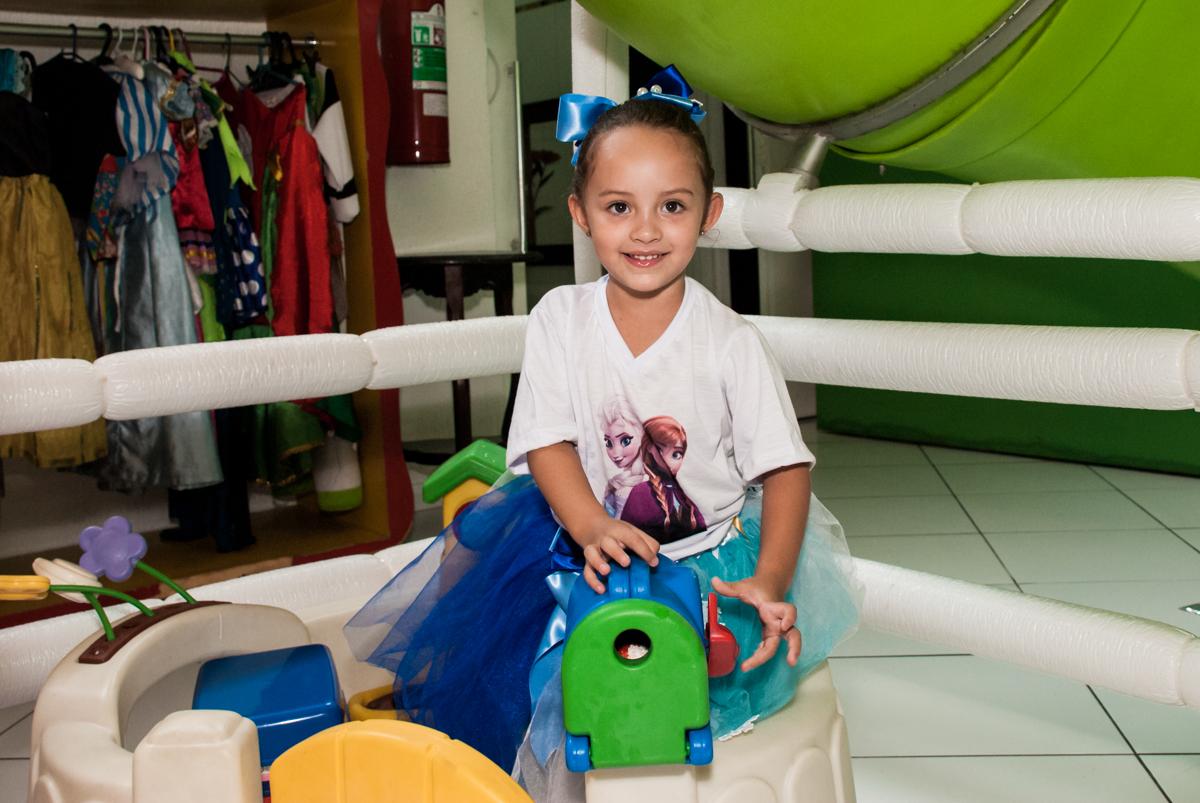 brincando com o trenzinho no Buffet Fábrica da Alegria Morumbi, anieversário de Ana Julia 3 anos, tema da festa Frozen