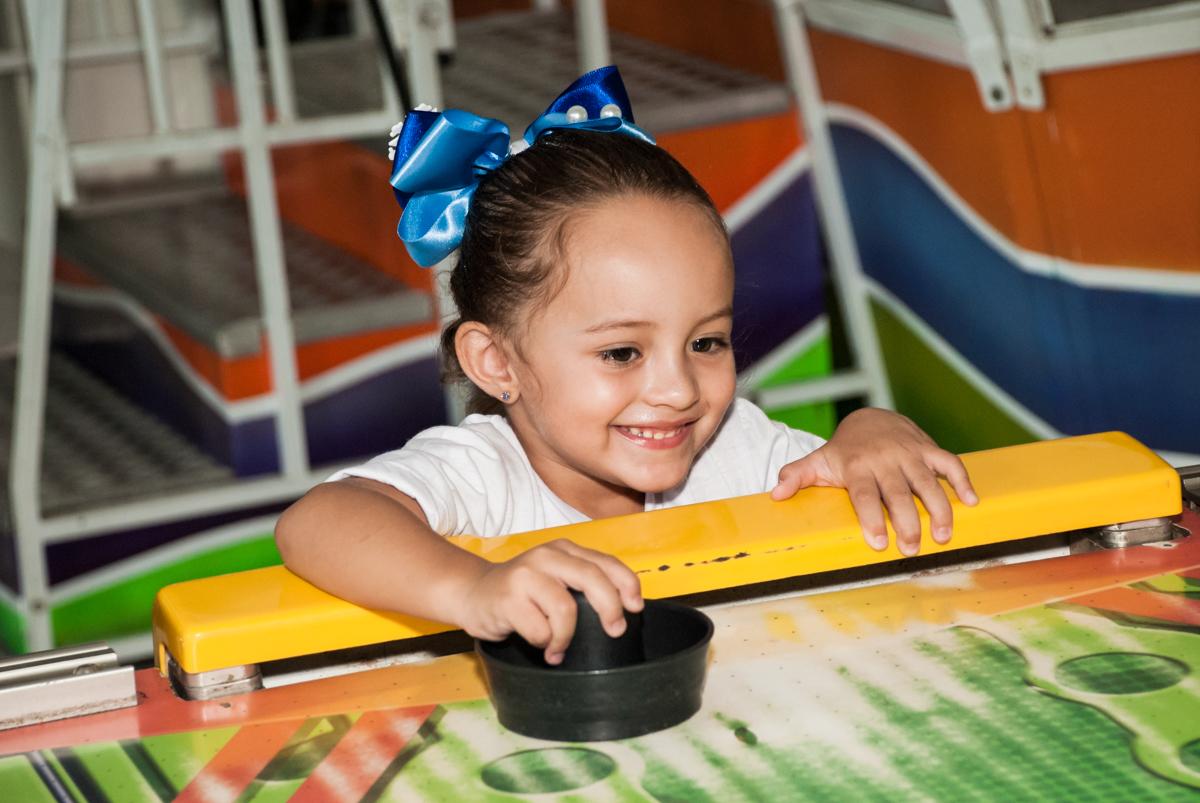 jogando futebol de mesa no Buffet Fábrica da Alegria Morumbi, anieversário de Ana Julia 3 anos, tema da festa Frozen