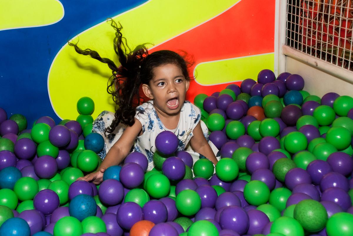caindo na piscina de bolinhas no Buffet Fábrica da Alegria Morumbi, anieversário de Ana Julia 3 anos, tema da festa Frozen