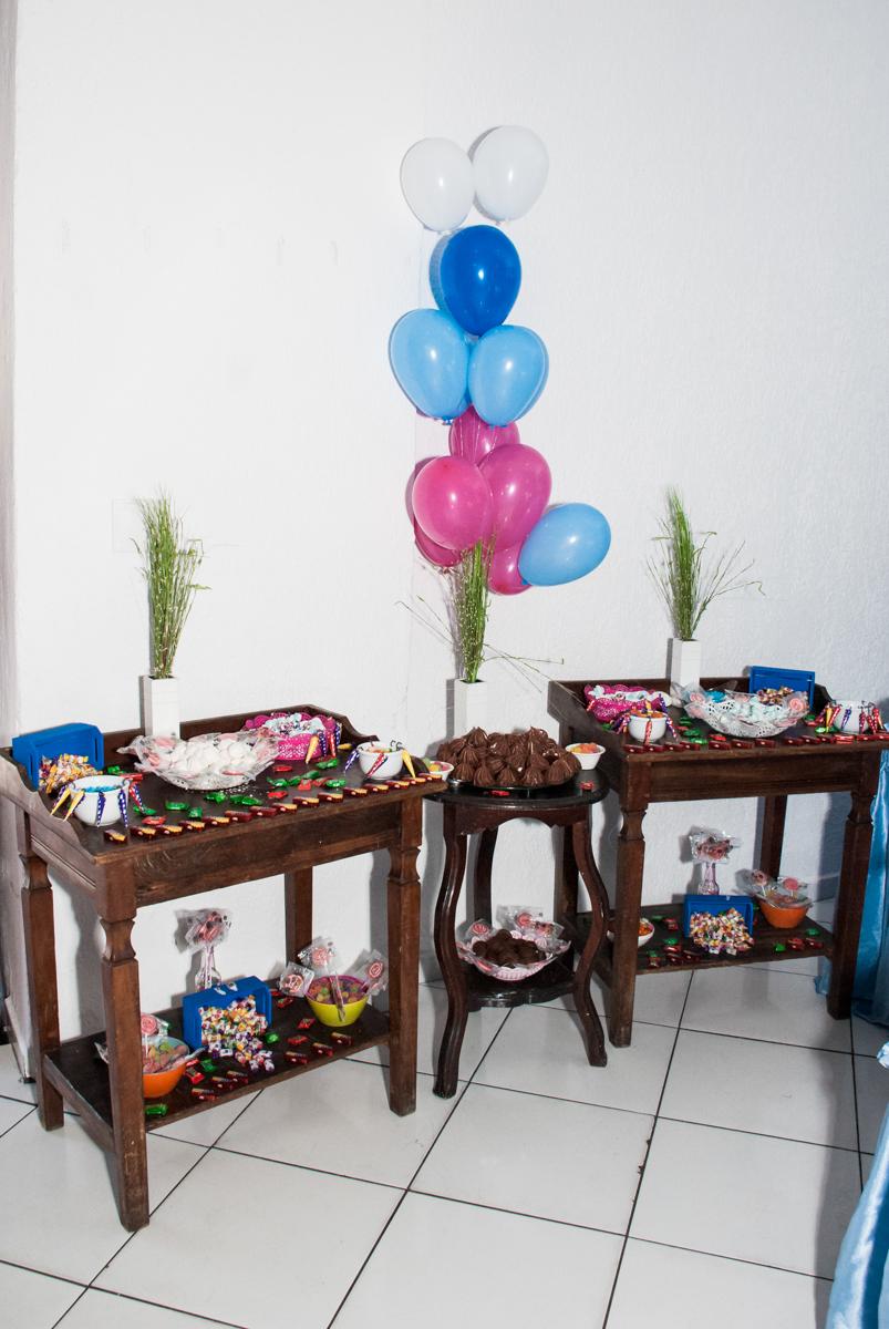mesa de guloseimas no Buffet Fábrica da Alegria Morumbi, anieversário de Ana Julia 3 anos, tema da festa Frozen