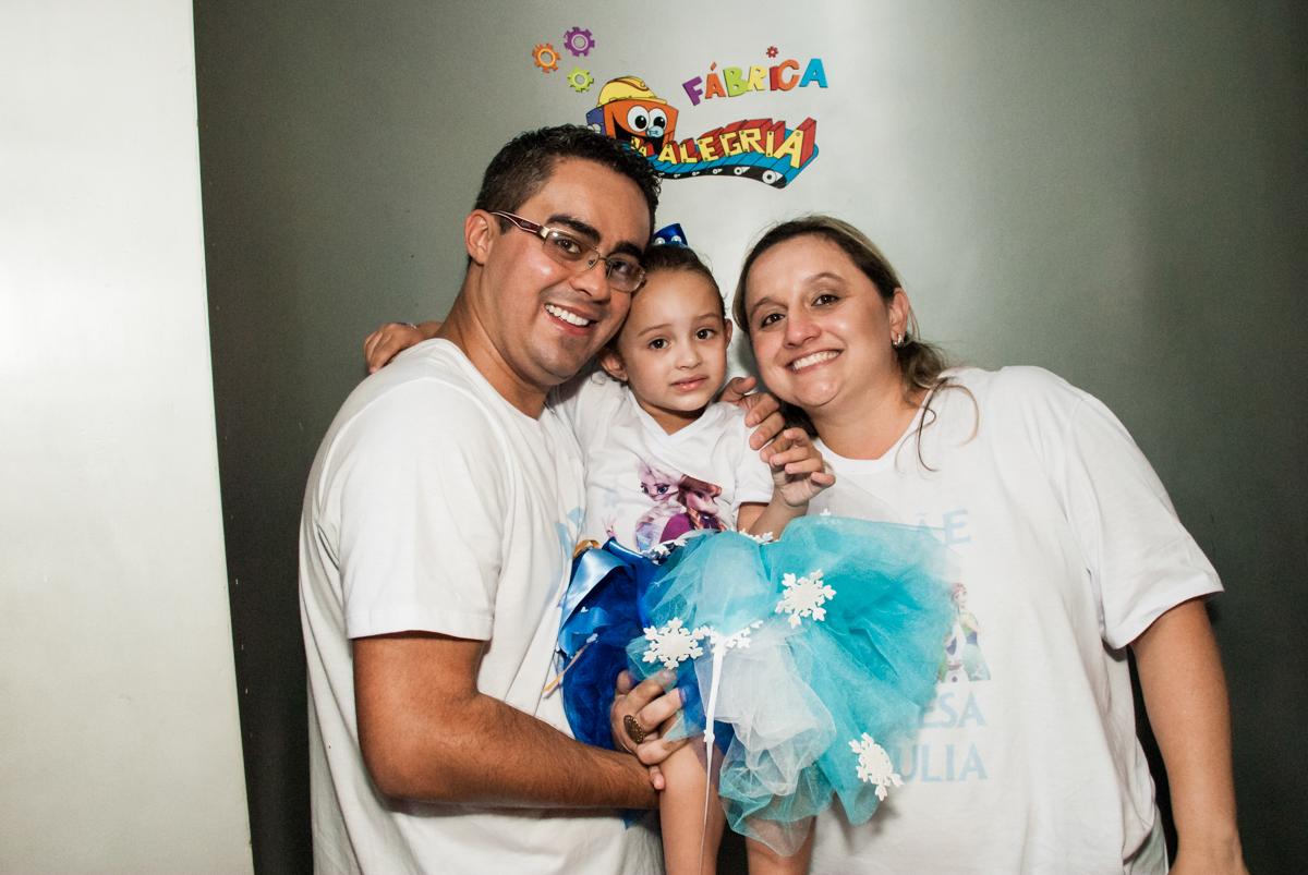 saindo da máquina do parabéns no Buffet Fábrica da Alegria Morumbi, anieversário de Ana Julia 3 anos, tema da festa Frozen
