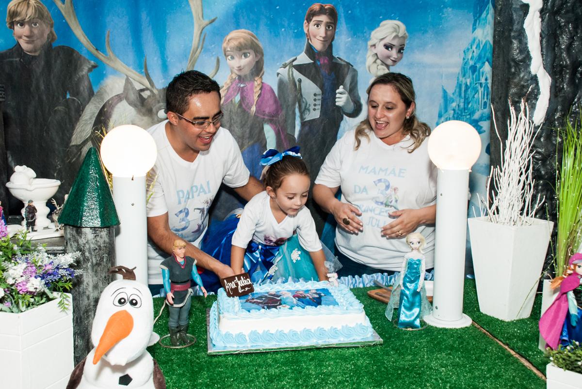 soprando a vela do bolo no Buffet Fábrica da Alegria Morumbi, anieversário de Ana Julia 3 anos, tema da festa Frozen