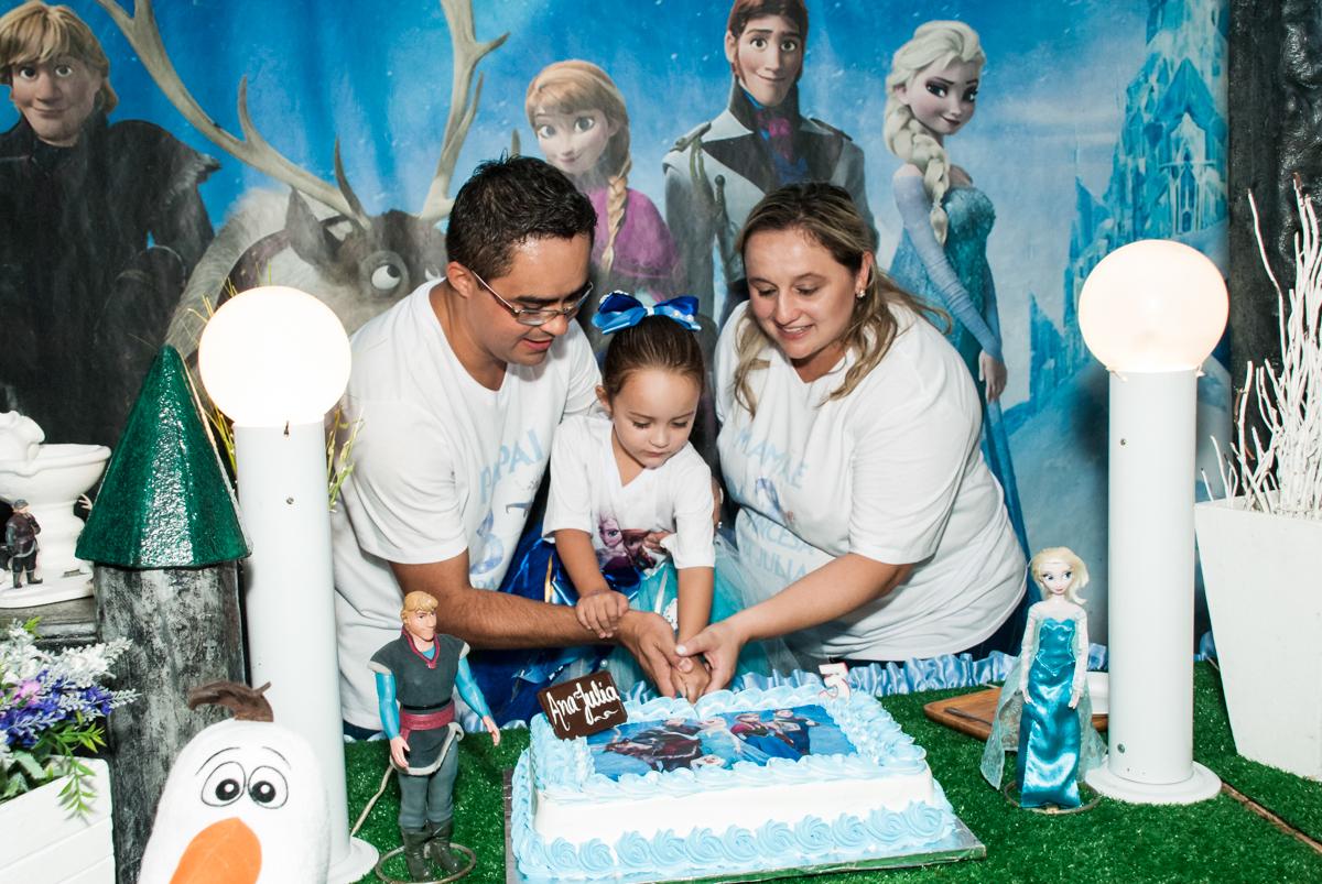 cortando o primeiro pedaço de bolo no Buffet Fábrica da Alegria Morumbi, anieversário de Ana Julia 3 anos, tema da festa Frozen