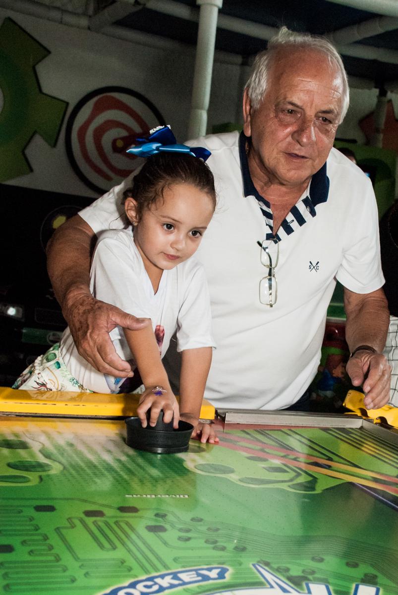 jogando futebol com o vovô no Buffet Fábrica da Alegria Morumbi, anieversário de Ana Julia 3 anos, tema da festa Frozen