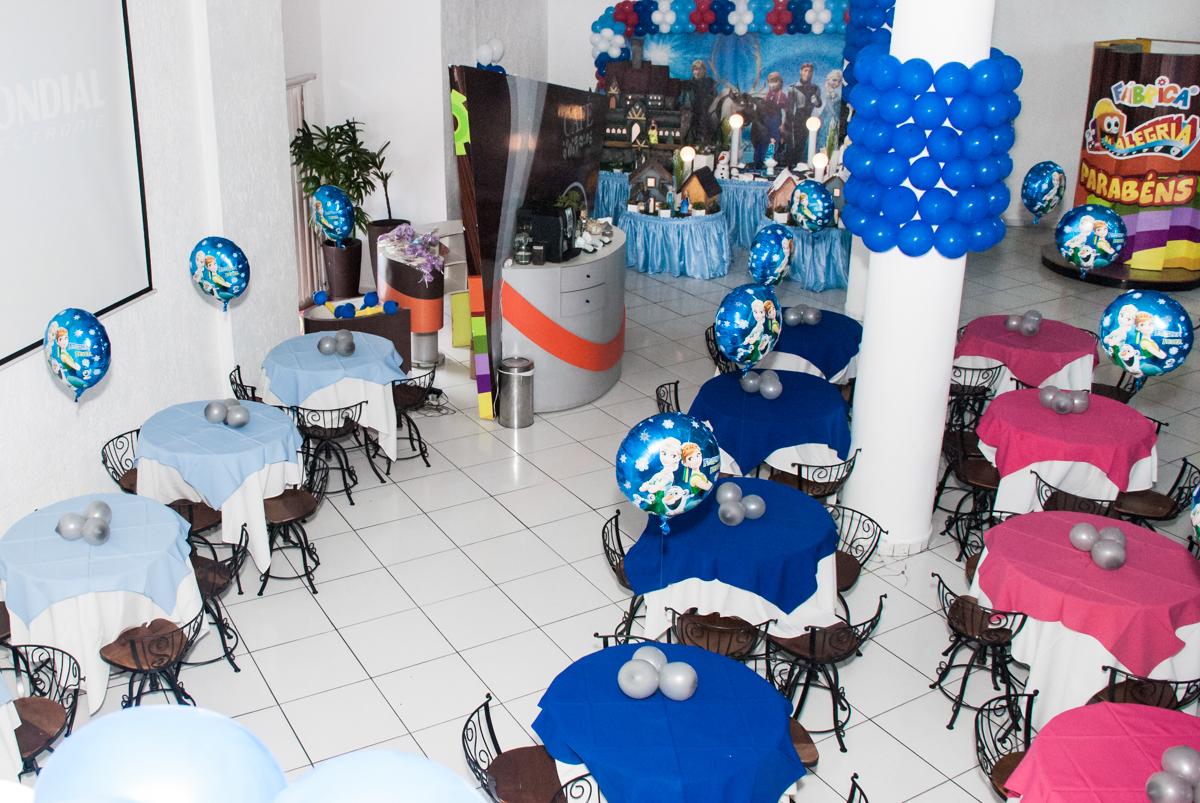 mesa do salão decorada com balão no Buffet Fábrica da Alegria Morumbi, anieversário de Ana Julia 3 anos, tema da festa Frozen