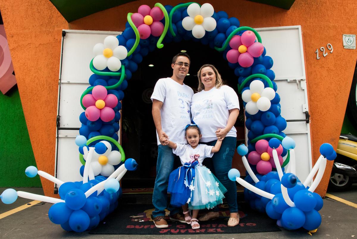 Fotografiada família no arco de bexigas no Buffet Fábrica da Alegria Morumbi, anieversário de Ana Julia 3 anos, tema da festa Frozen