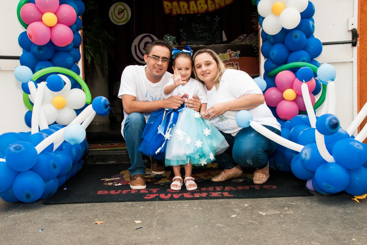 família posa para a foto no Buffet Fábrica da Alegria Morumbi, anieversário de Ana Julia 3 anos, tema da festa Frozen