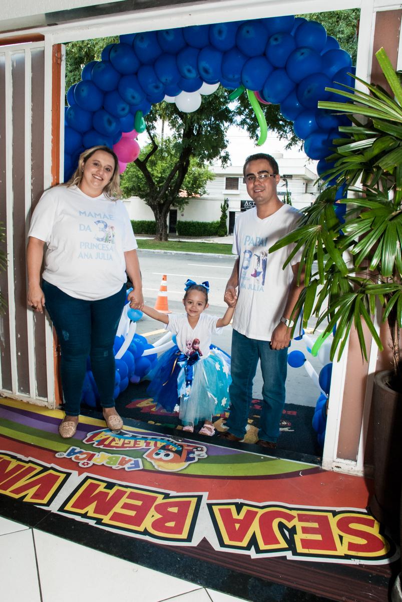 entrada da família no Buffet Fábrica da Alegria Morumbi, anieversário de Ana Julia 3 anos, tema da festa Frozen
