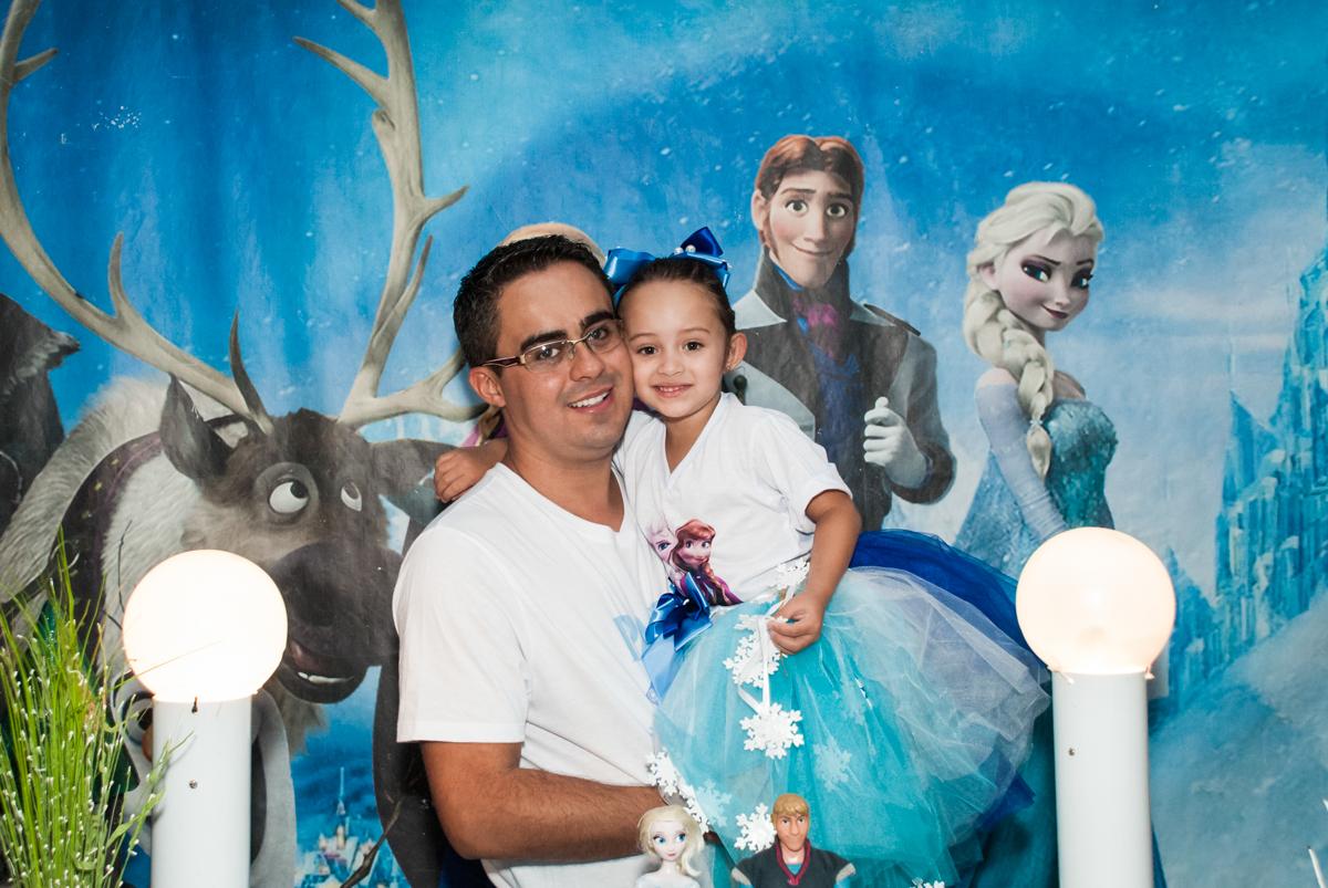 foto pai e filha no Buffet Fábrica da Alegria Morumbi, anieversário de Ana Julia 3 anos, tema da festa Frozen