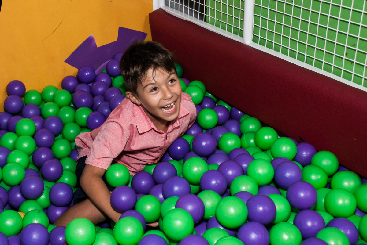 caindo na piscina de bolinhas no Buffet Fábrica da Alegria, Osasco, São Paulo, aniversario de Carlos Eduardo 7 e Davi Lucas 3 anos, tema da festa Os Vingadores