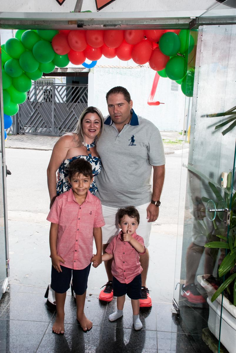 entrada da família para a festa no Buffet Fábrica da Alegria, Osasco, São Paulo, aniversario de Carlos Eduardo 7 e Davi Lucas 3 anos, tema da festa Os Vingadores
