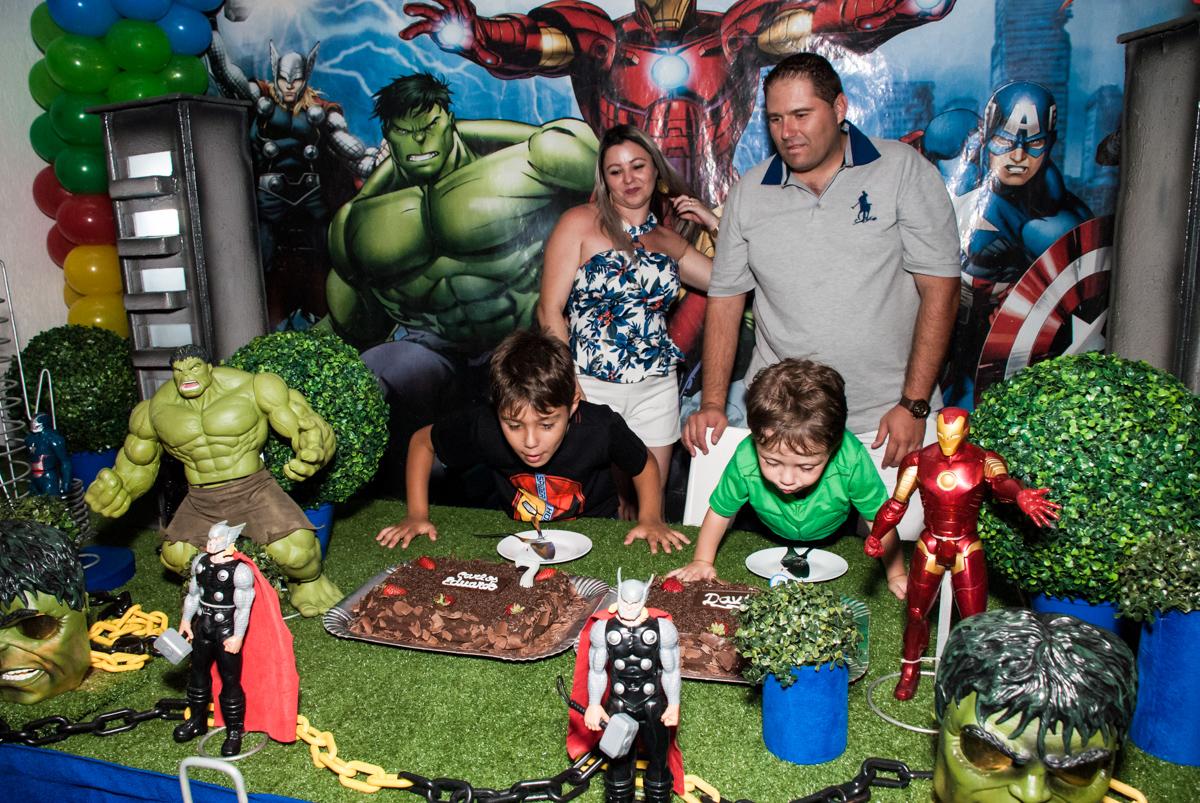 soprando a vela do bolo no Buffet Fábrica da Alegria, Osasco, São Paulo, aniversario de Carlos Eduardo 7 e Davi Lucas 3 anos, tema da festa Os Vingadores