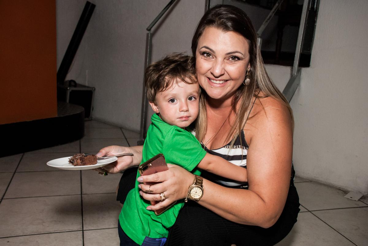 levando o primeiro pedaço de bolo para a tia no Buffet Fábrica da Alegria, Osasco, São Paulo, aniversario de Carlos Eduardo 7 e Davi Lucas 3 anos, tema da festa Os Vingadores