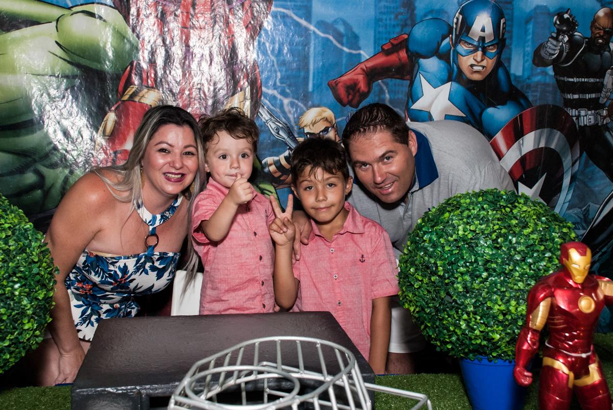 família feliz para a festa no Buffet Fábrica da Alegria, Osasco, São Paulo, aniversario de Carlos Eduardo 7 e Davi Lucas 3 anos, tema da festa Os Vingadores
