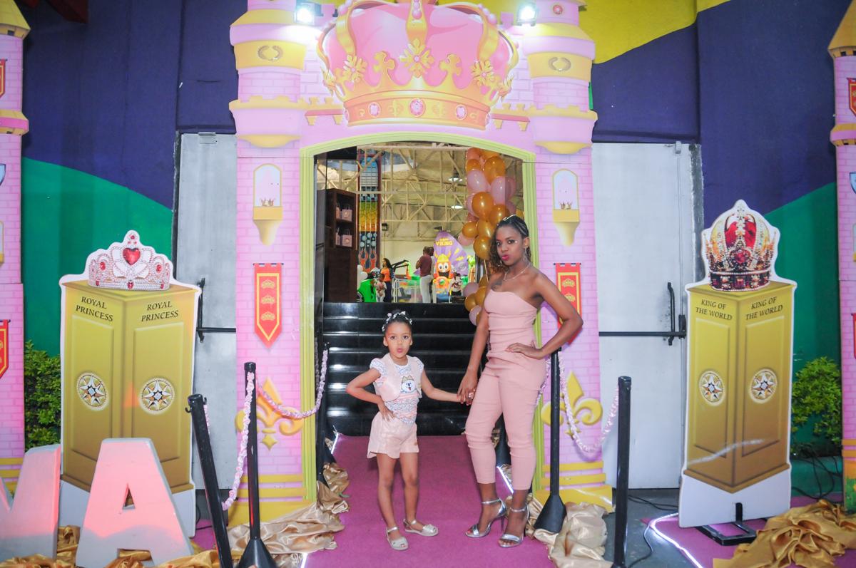 foto mãe e filha na fachada cinema no Buffet Fabrica da Alegria, Osasco, São Paulo, aniversário de Alanna 5 anos, tema da festa bonecas princesas
