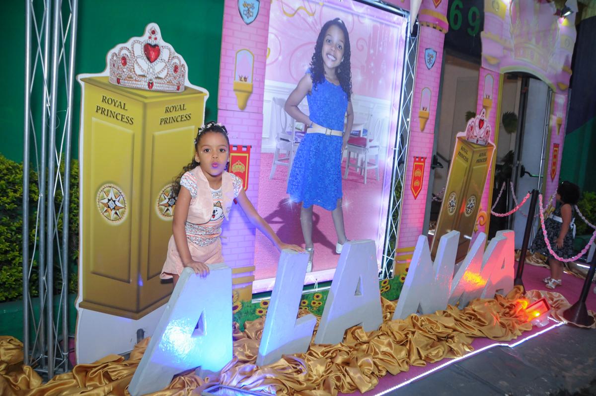 aniversariante na fachada cinema no Buffet Fabrica da Alegria, Osasco, São Paulo, aniversário de Alanna 5 anos, tema da festa bonecas princesas
