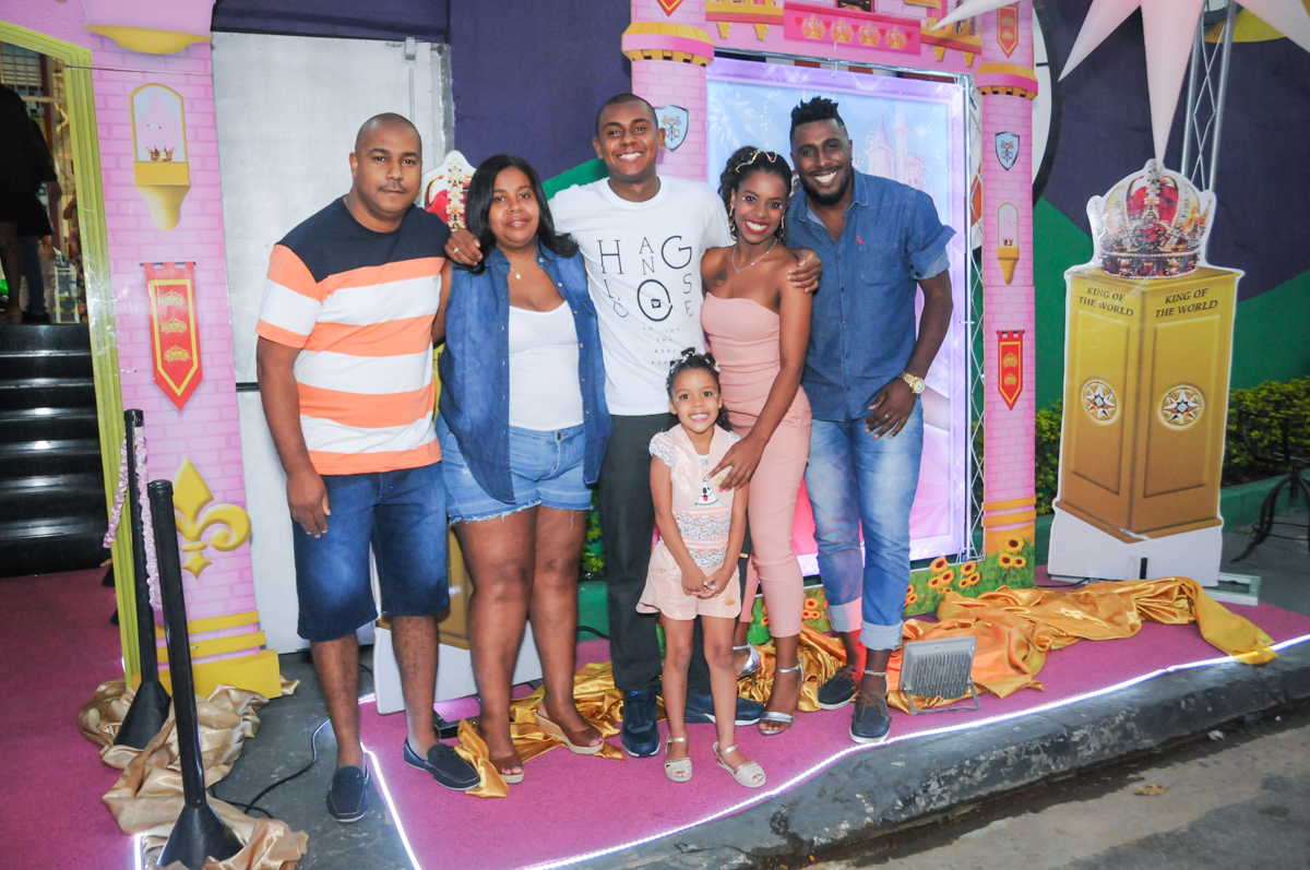 fotografia da família no Buffet Fabrica da Alegria, Osasco, São Paulo, aniversário de Alanna 5 anos, tema da festa bonecas princesas
