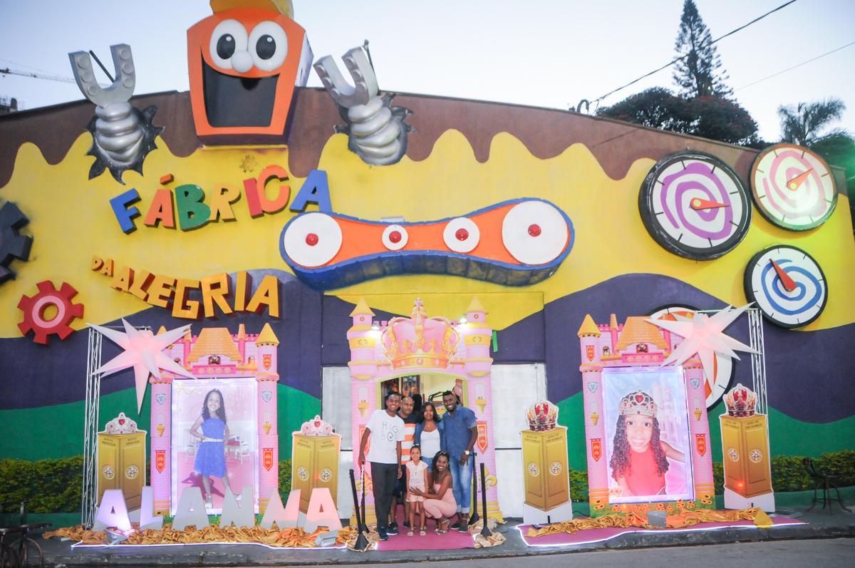 familia feliz com a festa no Buffet Fabrica da Alegria, Osasco, São Paulo, aniversário de Alanna 5 anos, tema da festa bonecas princesas