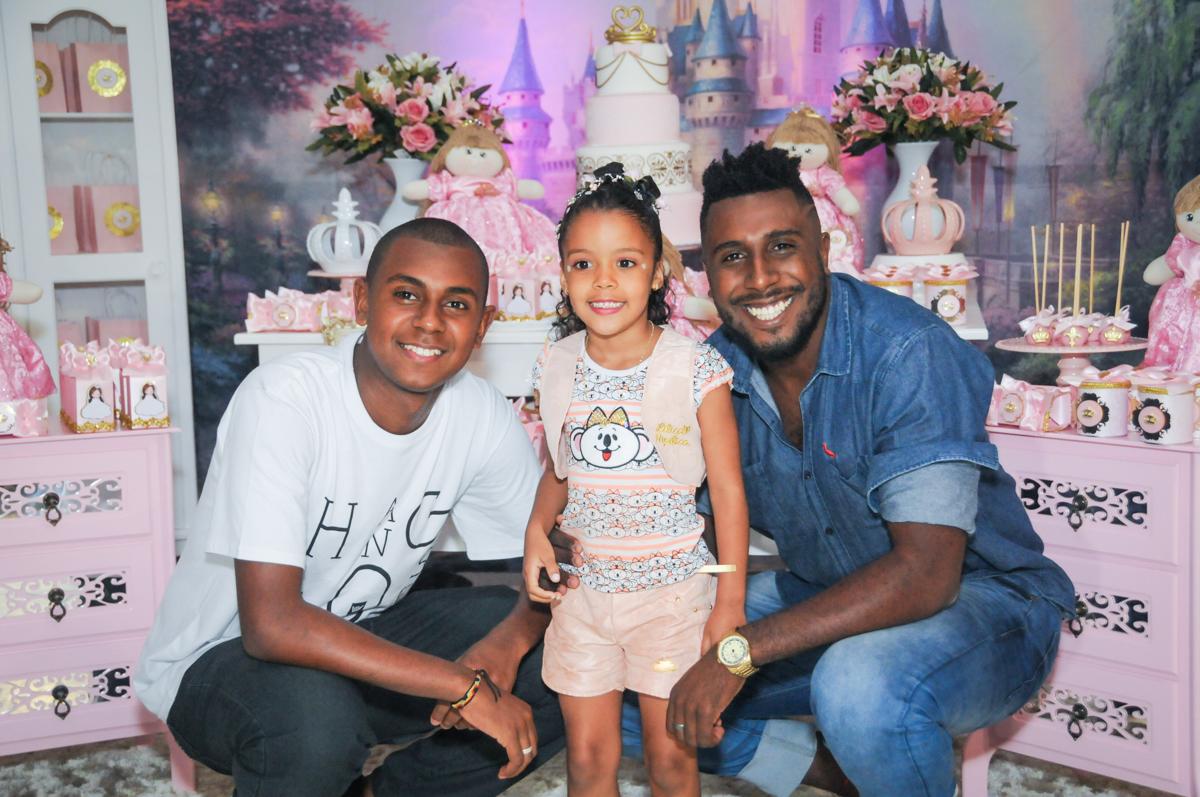 muita alegria com os tios no Buffet Fabrica da Alegria, Osasco, São Paulo, aniversário de Alanna 5 anos, tema da festa bonecas princesas