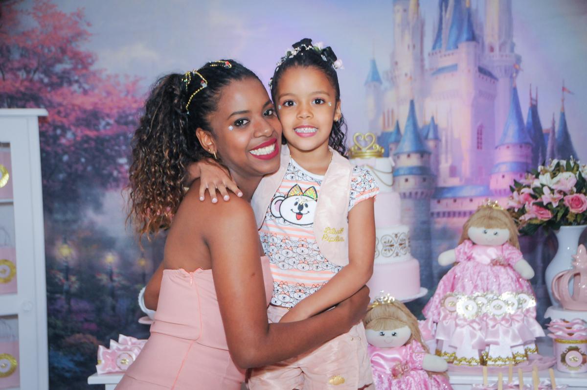 abraço da mamãe no Buffet Fabrica da Alegria, Osasco, São Paulo, aniversário de Alanna 5 anos, tema da festa bonecas princesas