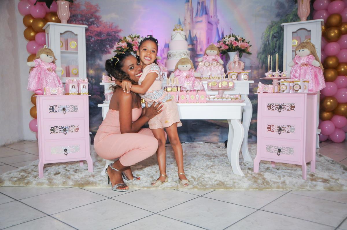 risos felizes na festa no Buffet Fabrica da Alegria, Osasco, São Paulo, aniversário de Alanna 5 anos, tema da festa bonecas princesas