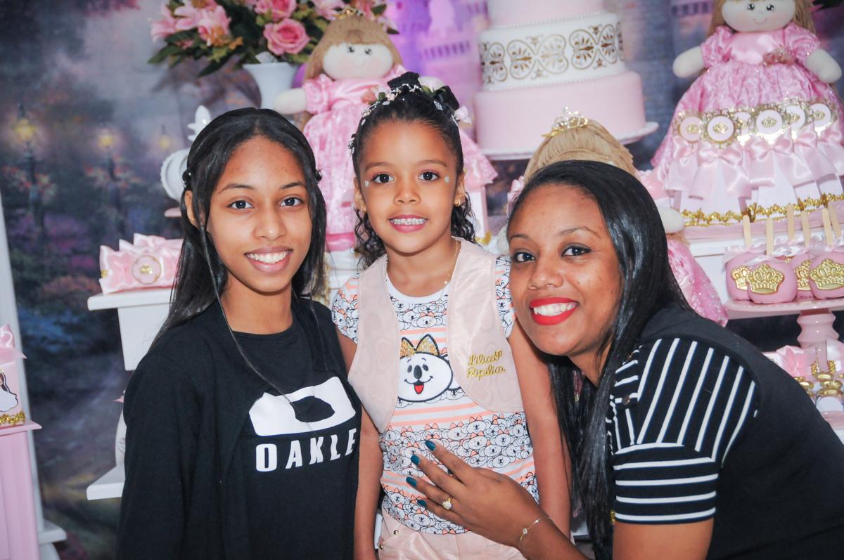 foto com as amigas no Buffet Fabrica da Alegria, Osasco, São Paulo, aniversário de Alanna 5 anos, tema da festa bonecas princesas