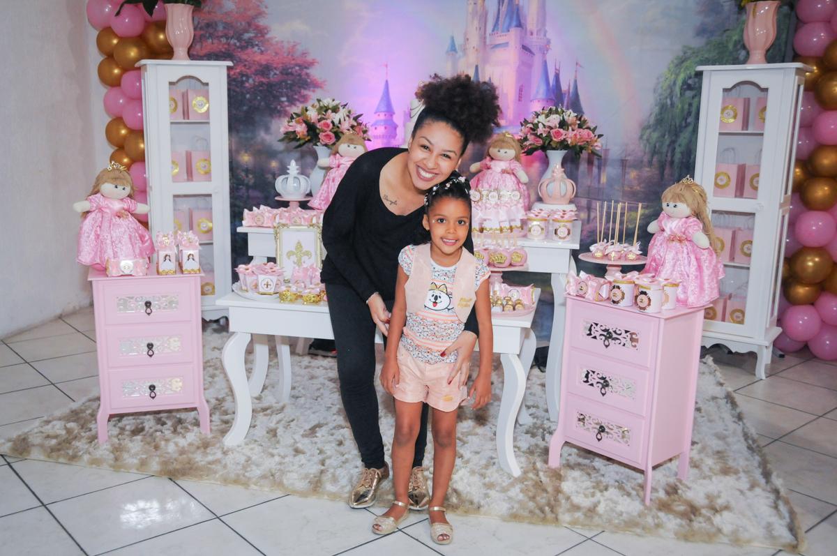 carinho da tia no Buffet Fabrica da Alegria, Osasco, São Paulo, aniversário de Alanna 5 anos, tema da festa bonecas princesas